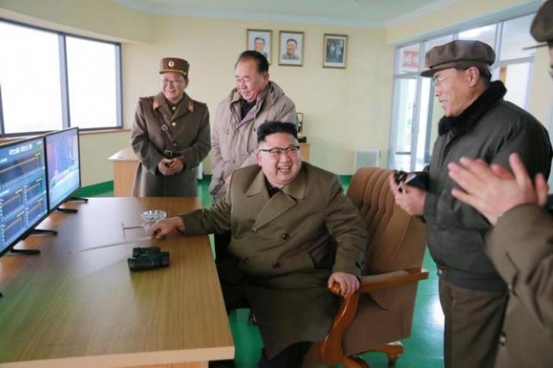 Pemimpin Tertinggi Korut Kim Jong-un memimpin langsung uji coba mesin pendorong roket tipe baru (Foto: Reuters)
