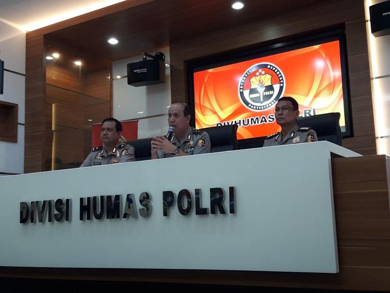 Kadiv Humas Polri Irjen Boy Rafli Amar (tengah) saat memberi keterangan pers (Dara Purnama/Okezone)