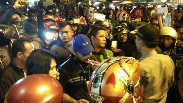 Ojek online ketiak nego bersama polisi (foto: Putera/Okezone)