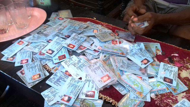 Ratusan e-KTP yang ditemukan pemulung di tong sampah (foto: Zulfikarnain/Sindonews)