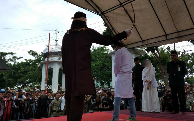 Turis Mancanegara Saksikan Eksekusi Hukum Cambuk di Aceh