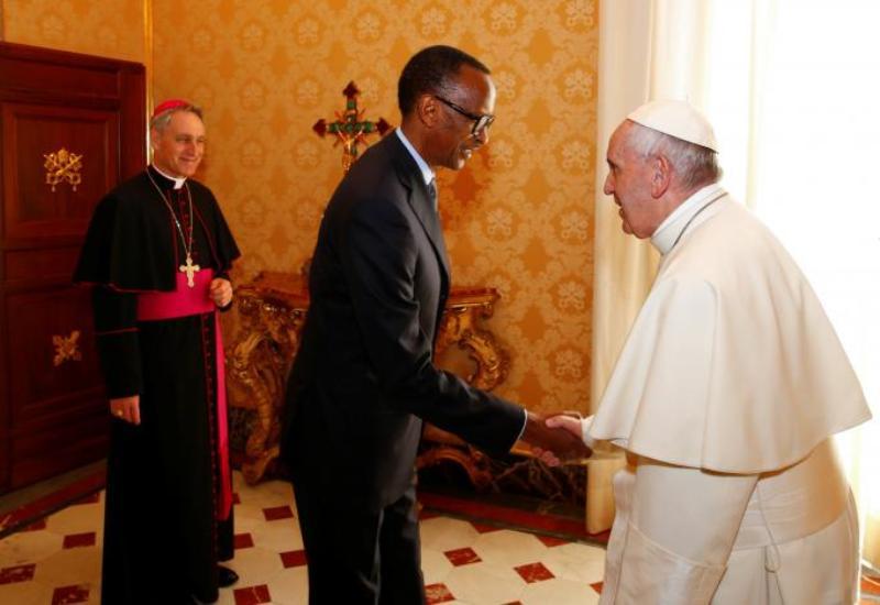 Paus Fransiskus menerima kunjungan Presiden Rwanda Louise Mushikiwabo di Vatikan (Foto: Tony Gentile/Reuters)