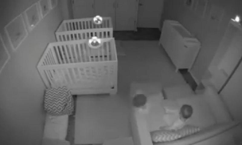 Cuplikan bayi kembar berusia dua tahun asyik bermain di kamar saat jam tidur. (Foto: Facebook)