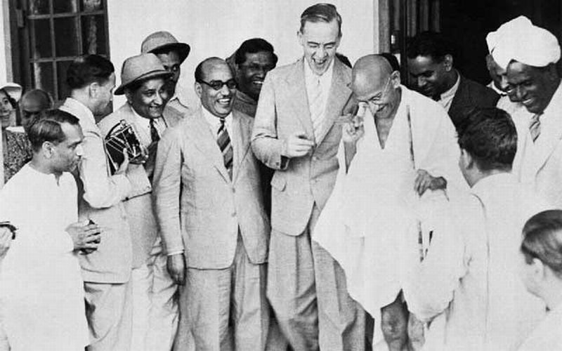 HISTORIPEDIA: Kala Mahatma Gandhi dan Bangsawan Inggris Membahas Kemerdekaan India