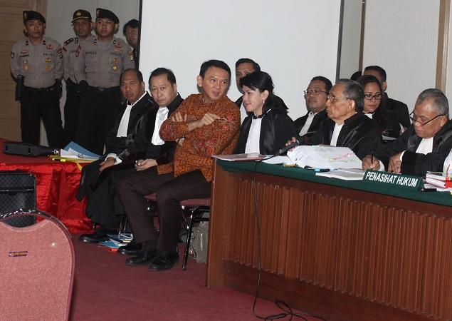 Gubernur DKI Jakarta Ahok saat menjalani sidang ke-14 kasus dugaan penistaan agama di Kementan pada 14 Maret 2017. (Antara)