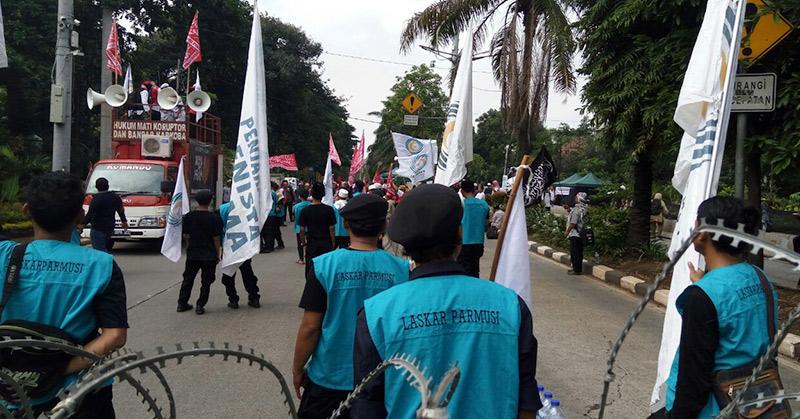 Massa geruduk sidang Ahok di Gedung Kementerian Pertanian. (Foto: Taufik Fajar/Okezone)
