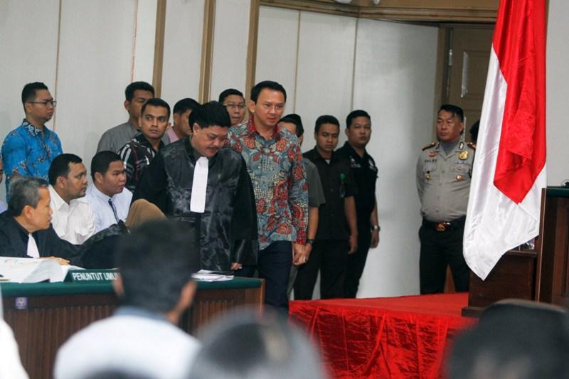 Basuki T Purnama alias Ahok bersama kuasa hukumnya di ruang sidang (Antara)
