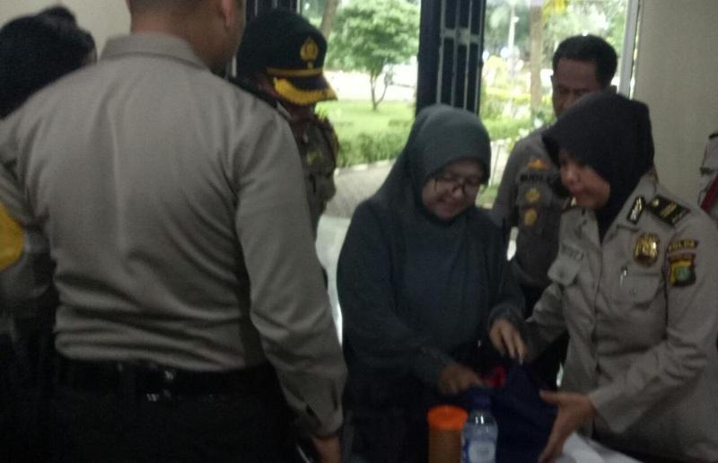 Polisi saat memeriksa barang bawaan pengunjung di sidang Ahok (foto Reni/Okezone)
