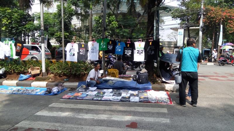 Salah seorang pedagang memanfaatkan sidang Ahok untuk berjualan di depan gedung Kementan, Jaksel. Foto Taufik Fajar/Okezone