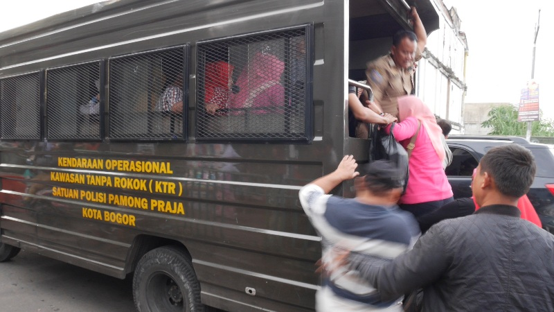 Penumpang telantar di Bogor akibat angkot mogok massal (Putra/Okezone)