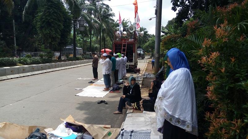 Massa kontra Ahok salat jamaah di depan Gedung Kementan pada sidang ke-15 kasus dugaan penistaan agama Selasa (21/3/2017). (Foto: Taufik Fajar/Okezone)