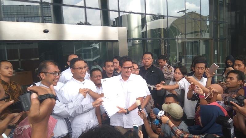 Cagub DKI Anies Baswedan menemani Sandiaga Uno melapor LHKPN ke KPK. Foto Arie Dwi Satrio/Okezone