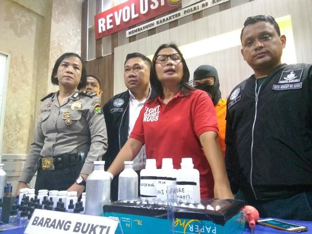 Polres Jaksel saat merilis pedagang liquid vape mengandung ganja (foto: Badri/Okezone)