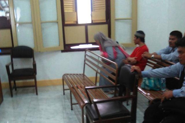 Terdakwa Sabu, Darul saat di persidangan bersama istri (foto: Erie/Okezone)