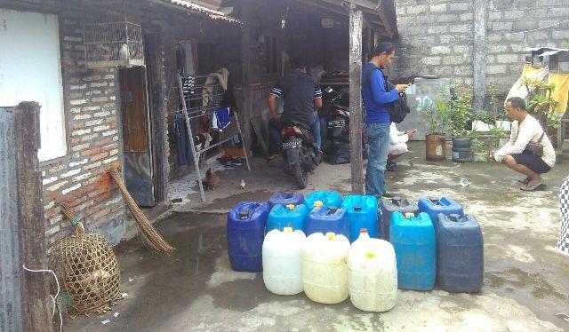 Ratusan liter arak Bali di sita jelang perayaan Nyepi (Foto: Nurul Hikmah)