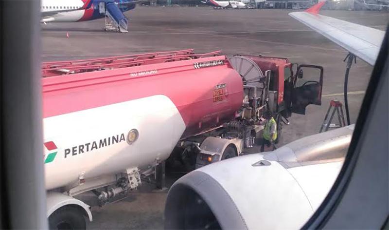 Pesawat AirAsia rute Bali-Yogya mengisi bahan bakar di Soetta (Roni Bintang/penumpang)