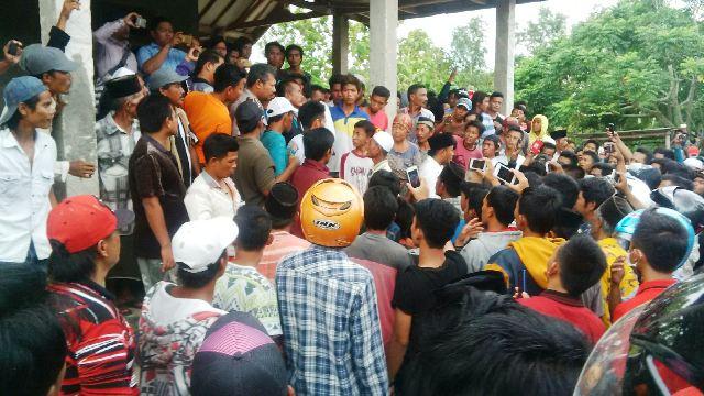 Warga saat mengepung rumah di Pamekasan (foto: Syaiful/OKezone)
