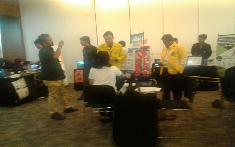 Sejumlah mahasiswa pamerkan hasil penellitian (Foto: Afriani/Okezone)