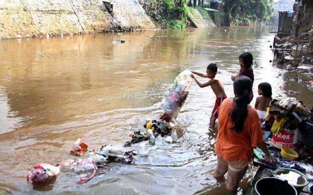 https: img.okezone.com content 2017 03 22 337 1648855 hari-air-sedunia-kondisi-sungai-di-indonesia-memprihatinkan-4mSwxcBmoY.jpeg
