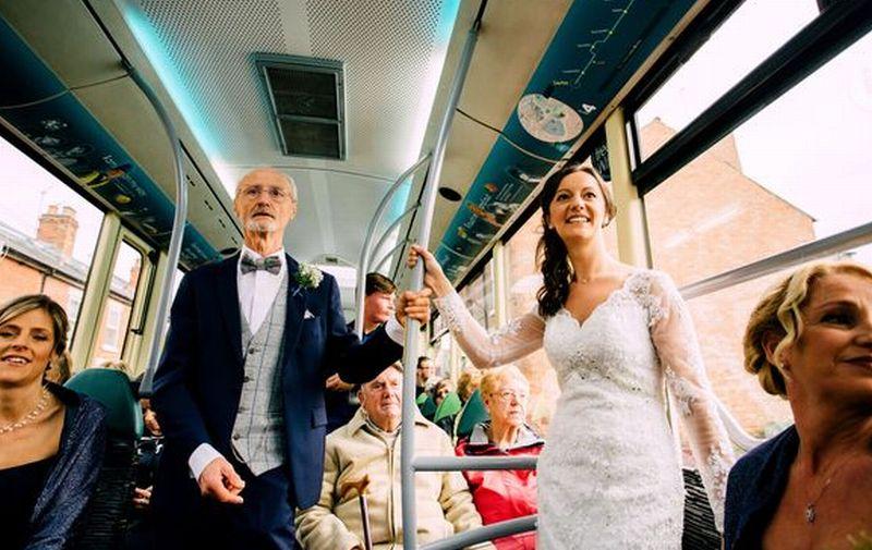 Unik! Pengantin Wanita Naik Bus ke Tempat Pernikahan