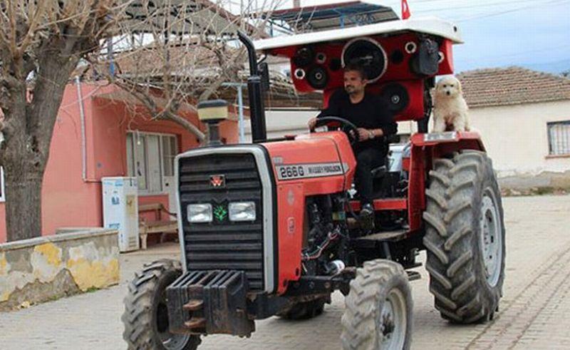 Murat Karlioglu memasang seperangkat sound system di traktornya. (Foto: Milliyet/Facebook)