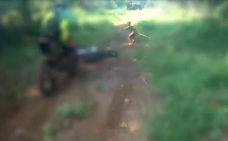 Sosok yang terekam diduga Suku Mante. Foto Youtube