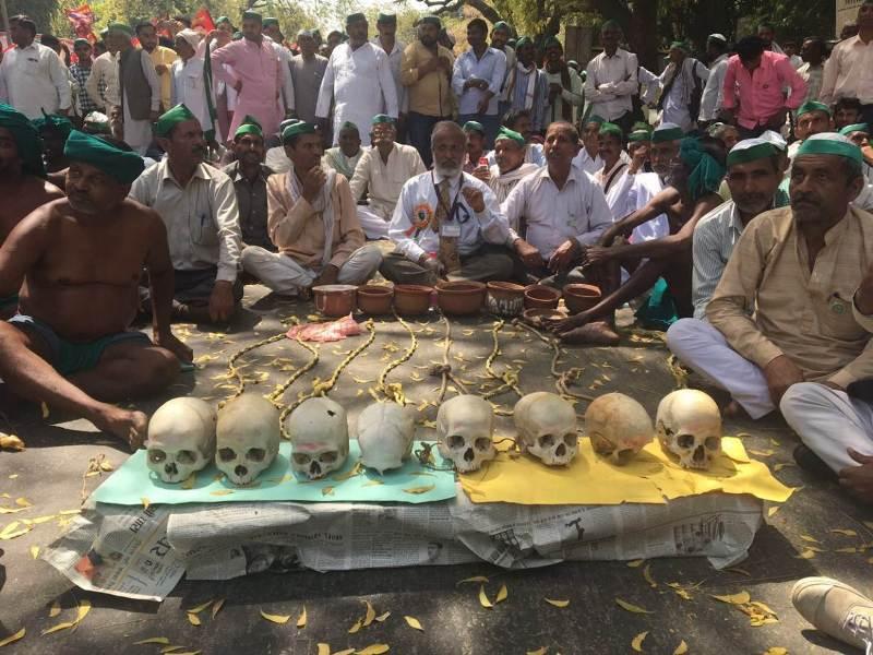 Para petani mengklaim delapan tengkorak itu adalah rekan mereka yang bunuh diri (Foto: Nita Bhalla/Reuters)
