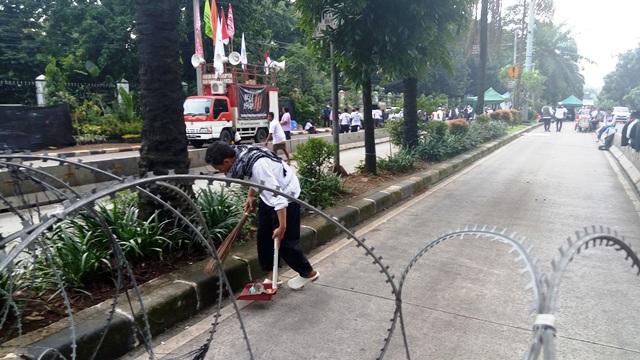 Ketika Massa Kontra Ahok Bersih-Bersih di Luar Gedung Kementan