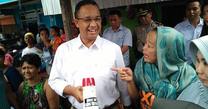 Ilustrasi Anies Baswedan saat berbincang dengan warga Jakarta (foto: Okezone)