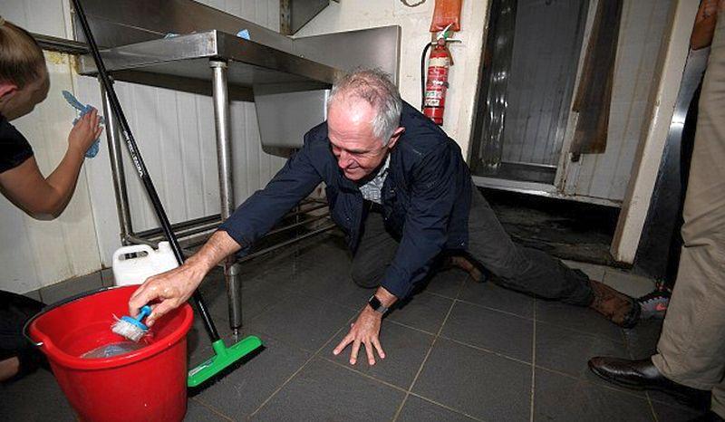 PM Australia Malcolm Turnbull membantu membersihkan restoran pasca-terjangan topan Debbie dan badai melanda kawasan New South Wales. (Foto: AAP)