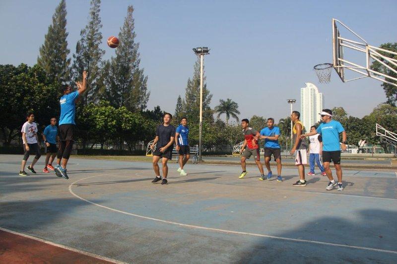 utamakan budaya hidup sehat sandiaga uno unjuk gigi di olahraga basket