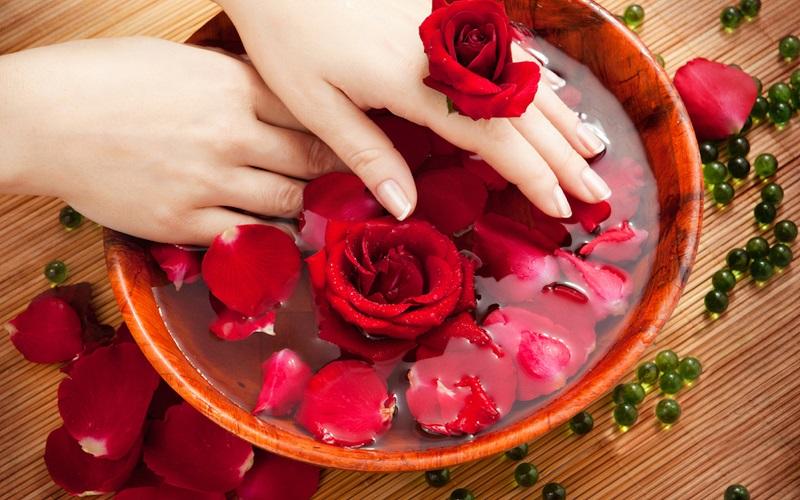 https: img.okezone.com content 2017 04 04 194 1658501 air-mawar-bisa-digunakan-untuk-mengatasi-ketombe-lho-7OFag2Faeu.jpg
