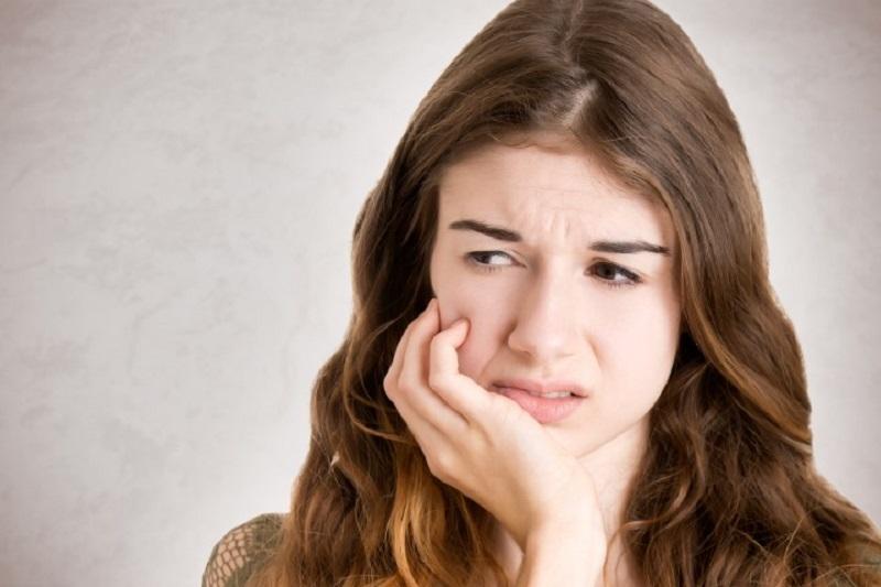 https: img.okezone.com content 2017 04 05 481 1659478 tips-merawat-gigi-sensitif-agar-tak-lagi-ngilu-k5qOTAbsOx.jpeg
