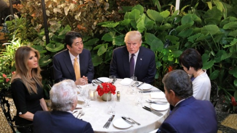 Presiden AS Donald Trump dan PM Jepang Shinzo Abe saat bertemu di resor Mar a Lago, Palm Beach, Florida, 10 Februari 2017. (Foto: Reuters)