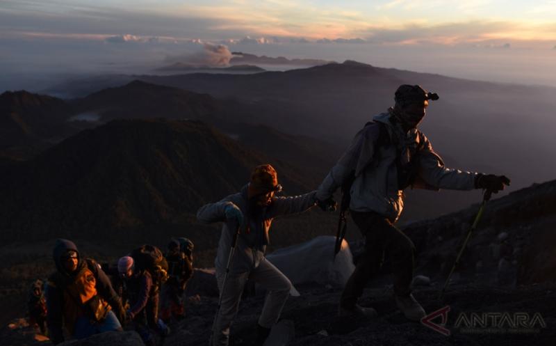 https: img.okezone.com content 2017 04 07 406 1661889 april-waktu-yang-tepat-mulai-mendaki-gunung-gunung-ini-OTNFI6VJKo.jpg
