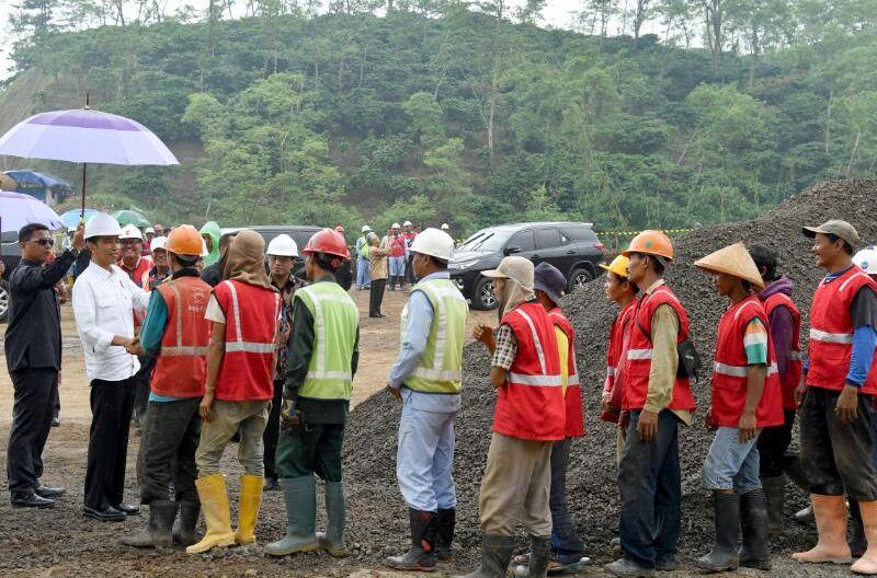 Cek Proyek Tol Bawen-Salatiga, Jokowi Tinjau Tebing Setinggi 50 Meter