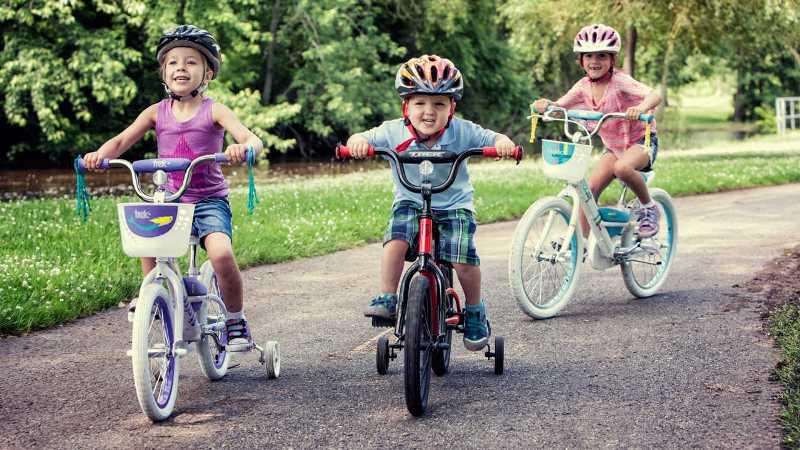 https: img.okezone.com content 2017 04 08 481 1662361 4-manfaat-ajak-anak-main-sepeda-di-akhir-pekan-woqHwFUR7M.jpg