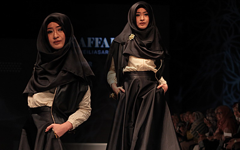 Kombinasi Busana Batik & Bahan Kulit untuk Wanita Muslimah, Why Not?