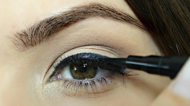 https: img.okezone.com content 2017 04 12 194 1665860 tips-memperbesar-mata-dengan-eyeliner-FoBpIfy21Q.jpg