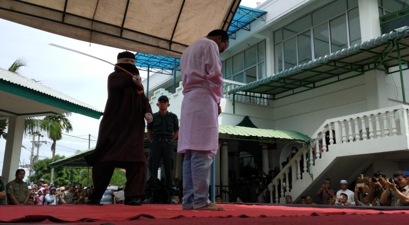 Terbukti Berzina, Dua Pasangan Muda-mudi Dihukum Cambuk