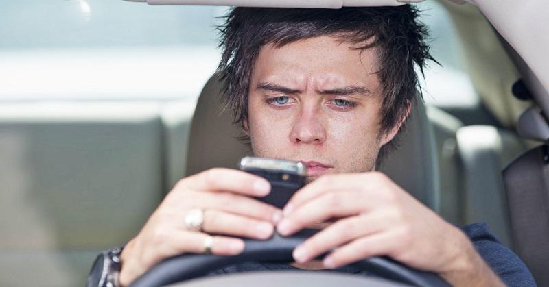 Hati-Hati, Penggunaan Smartphone saat Berkendara Tingkatkan Potensi Kecelakaan