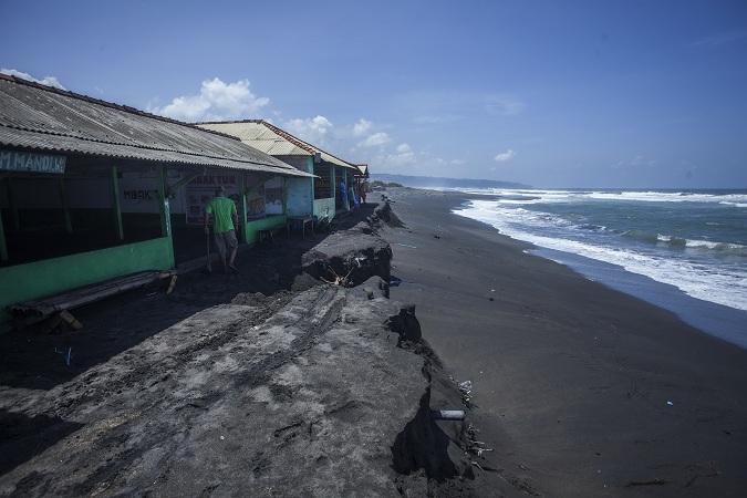 https: img.okezone.com content 2017 04 19 340 1671226 warga-bengkulu-khawatirkan-abrasi-pantai-barat-sumatera-paLg2O0TUY.jpg