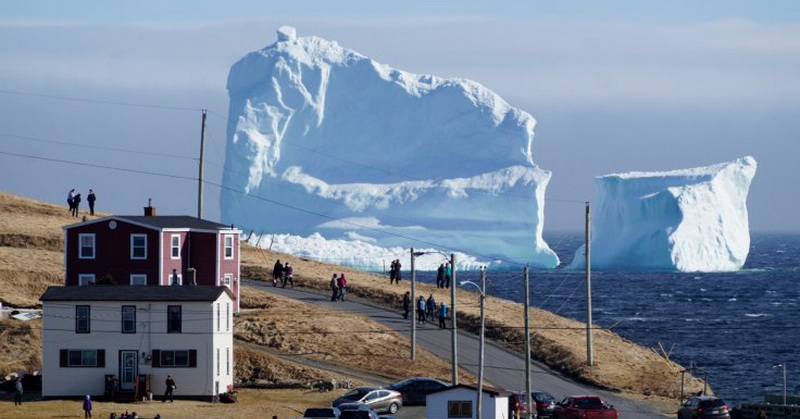 Wow, Gunung Es Besar Mendarat di Pantai Kanada