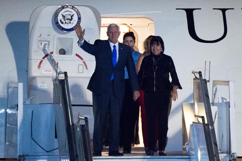Wakil Presiden AS Michael Pence melambaikan tangan saat tiba di Bandara Halim Perdanakusuma, Jakarta, 19 April 2017. (Foto: Antara)