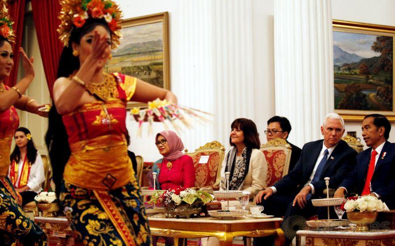 Wapres AS Mike Pence dan istrinya, Karen, menyaksikan tari pendet saat menemui Presiden Joko Widodo di Istana Merdeka, Kamis 20 April 2017. (Foto: Reuters)