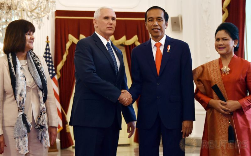 Wapres AS Mike Pence beserta istri, Karen, diterima Presiden Joko Widodo dan Ibu Negara, Iriana Joko Widodo, di Istana Merdeka, Kamis 20 April 2017. (Foto: Reuters)
