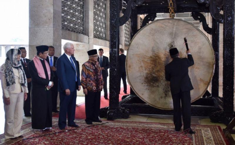 Wapres AS Mike Pence dan istrinya, Karen, mempelajari cara memukul bedug di Masjid Istiqlal, Jakarta, Kamis 20 April 2017. (Foto: Antara)