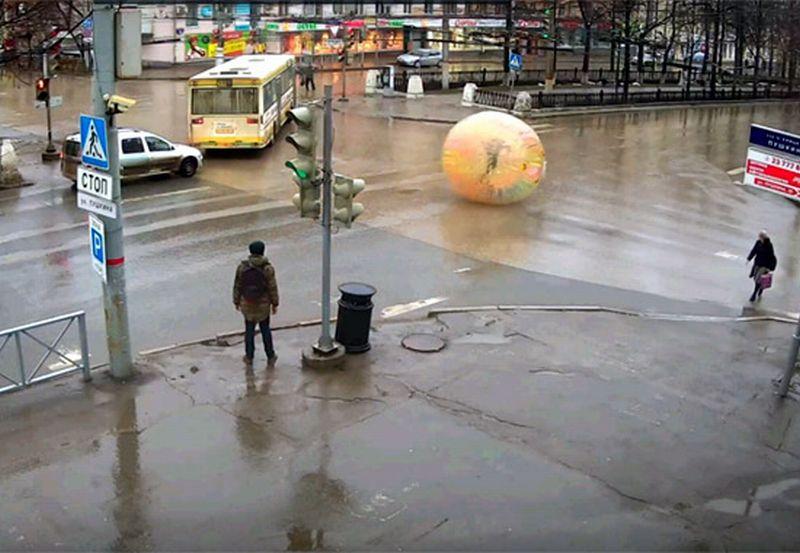 Potongan gambar aksi pria di dalam balon tersebut (Foto: Rifey.ru)