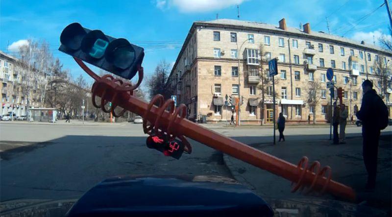 Potongan gambar ketika lampu lalu lintas tersebut jatuh (Foto: Spivakserge/Youtube)