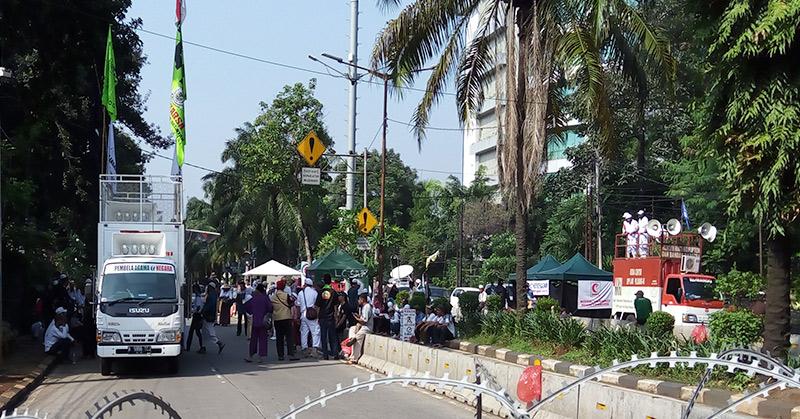 Massa kontra ahok di depan Kementan. (Foto: Ferio/Okezone)